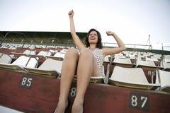减速火箭的欢呼的女孩在体育场内 免版税图库摄影