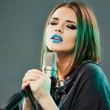 减速火箭的歌唱家样式妇女年轻人 卡拉OK演唱 免版税库存照片