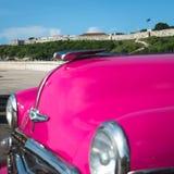减速火箭的汽车和小屋在哈瓦那古巴防御 免版税库存图片