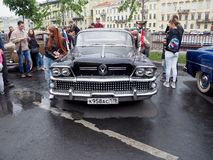减速火箭的汽车的陈列在城市的街道上的 库存图片