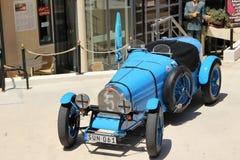 减速火箭的汽车被陈列在汽车博物馆附近吸引游人在马耳他,欧洲 免版税库存图片