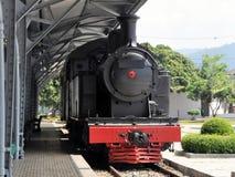 减速火箭的火车在火车站站立 免版税库存图片