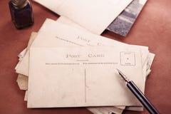 减速火箭的照片明信片、葡萄酒墨水、笔、吸墨纸和照相机 免版税图库摄影