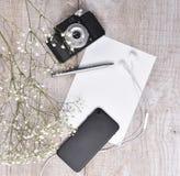 减速火箭的照相机、电话、耳机和笔记本顶视图在锂 免版税库存图片