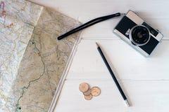 减速火箭的照相机和地图 免版税图库摄影