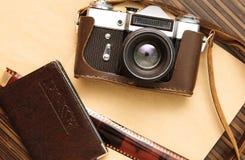 减速火箭的照相机和护照 库存照片