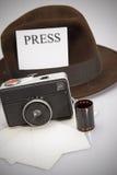 减速火箭的照相机&浅顶软呢帽帽子 免版税库存图片
