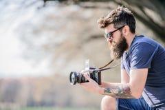?? 减速火箭的照相设备 有照相机的残酷摄影师 E 记者或新闻工作者行家 库存照片