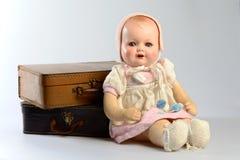 减速火箭的玩具、葡萄酒玩偶和老手提箱 免版税库存照片