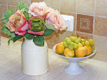 减速火箭的玫瑰色花和果子 库存照片