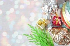 减速火箭的玻璃圣诞节在xmas光的木盘区戏弄 免版税库存照片