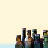 减速火箭的瓶宏指令视图 五颜六色的肮脏的葡萄酒设计玻璃flacon集合 软的背景,浅景深 库存照片