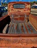 减速火箭的生锈的古色古董雪佛兰薛佛列从1946年在Ft Lauderdale1946拾起卡车在显示 免版税库存照片