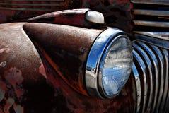 减速火箭的生锈的古色古董雪佛兰薛佛列从1946年在Ft Lauderdale1946拾起卡车在显示 免版税库存图片