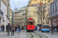 减速火箭的电车沿一条繁忙的Istiklal街道移动在Istambul 库存照片