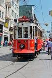 减速火箭的电车沿一条繁忙的Istiklal街道移动在Istambul 免版税库存照片