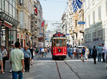 减速火箭的电车沿一条繁忙的Istiklal街道移动在Istambul 免版税图库摄影