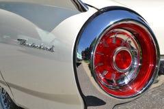减速火箭的白色Ford Thunderbird尾巴光和零件后板 图库摄影