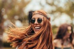 减速火箭的看看的微笑的妇女音乐节 库存图片