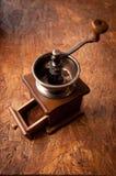 减速火箭的磨咖啡器和粉末咖啡在木桌上 免版税库存照片