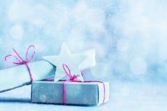 减速火箭的礼物,在闪烁背景的当前箱子 圣诞节 库存照片