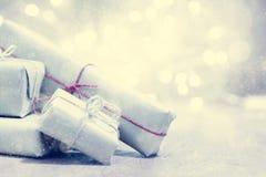 减速火箭的礼物,在闪烁背景的当前箱子 圣诞节 库存图片