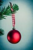 减速火箭的红色圣诞节中看不中用的物品 库存照片