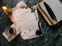 减速火箭的纸和书在桌上与探员用工具加工背景 库存图片