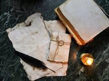 减速火箭的纸和书在桌上与探员用工具加工背景 免版税图库摄影