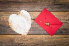减速火箭的经典情人节cad,大白色被绘的木牡鹿,与蜡封印的被隔绝的,红色信封,在葡萄酒橡木盘区- 免版税库存图片