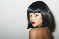 减速火箭的美丽的浅黑肤色的男人Woman.bob Haircut.red lips.beauty女孩 库存照片