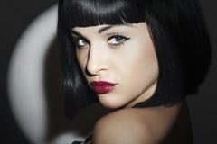 减速火箭的美丽的浅黑肤色的男人Woman.bob Haircut.red lips.beauty女孩 免版税库存图片