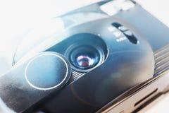 减速火箭的老塑料自动影片照相机 免版税库存照片