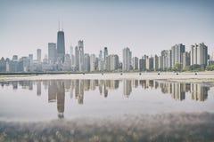 减速火箭的老影片传统化了芝加哥在水坑反映的市地平线 库存照片