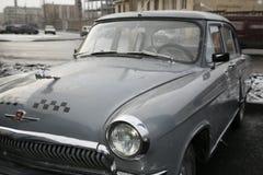 减速火箭的老汽车伏尔加河GAZ - 21辆出租车/苏联的片段1960年 汽车-英俊的鹿的标志 库存图片