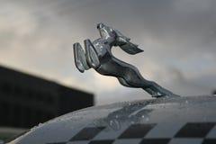 减速火箭的老汽车伏尔加河GAZ - 21辆出租车/苏联的片段1960年 汽车-英俊的鹿的标志 免版税库存照片
