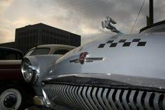 减速火箭的老汽车伏尔加河GAZ - 21辆出租车/苏联的片段1960年 汽车-英俊的鹿的标志 库存照片