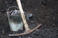 减速火箭的联合矿业 镐和桶有煤炭的在我的 免版税库存图片