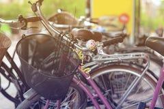 减速火箭的自行车在街道上停放了在斯德哥尔摩 定调子 免版税库存照片