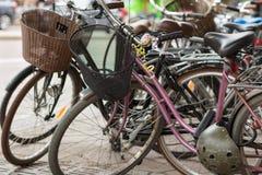 减速火箭的自行车在街道上停放了在斯德哥尔摩 免版税库存图片