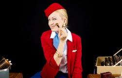 减速火箭的航空公司空中小姐为工作做准备 库存照片