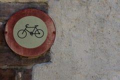 减速火箭的葡萄酒在老历史的墙壁上的没有自行车标志 库存图片