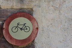 减速火箭的葡萄酒在老历史的墙壁上的没有自行车标志 免版税库存图片