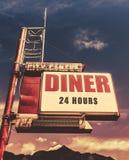 减速火箭的葡萄酒汽车旅馆吃饭的客人标志 免版税库存照片