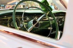 减速火箭的葡萄酒白色汽车 汽车内部指点运输轮子 汽车大于1985年 免版税库存照片