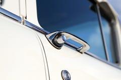 减速火箭的葡萄酒白色汽车 里面门把手 汽车大于1985年 图库摄影