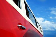 减速火箭的葡萄酒红色公共汽车 里面门把手 汽车大于1985年 库存照片