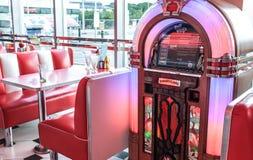 减速火箭的葡萄酒美国吃饭的客人和自动电唱机 免版税库存图片