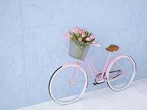 减速火箭的葡萄酒自行车老和蓝色墙壁 3d翻译 免版税库存照片