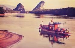 减速火箭的葡萄酒过滤了一条木小船的图片 库存图片